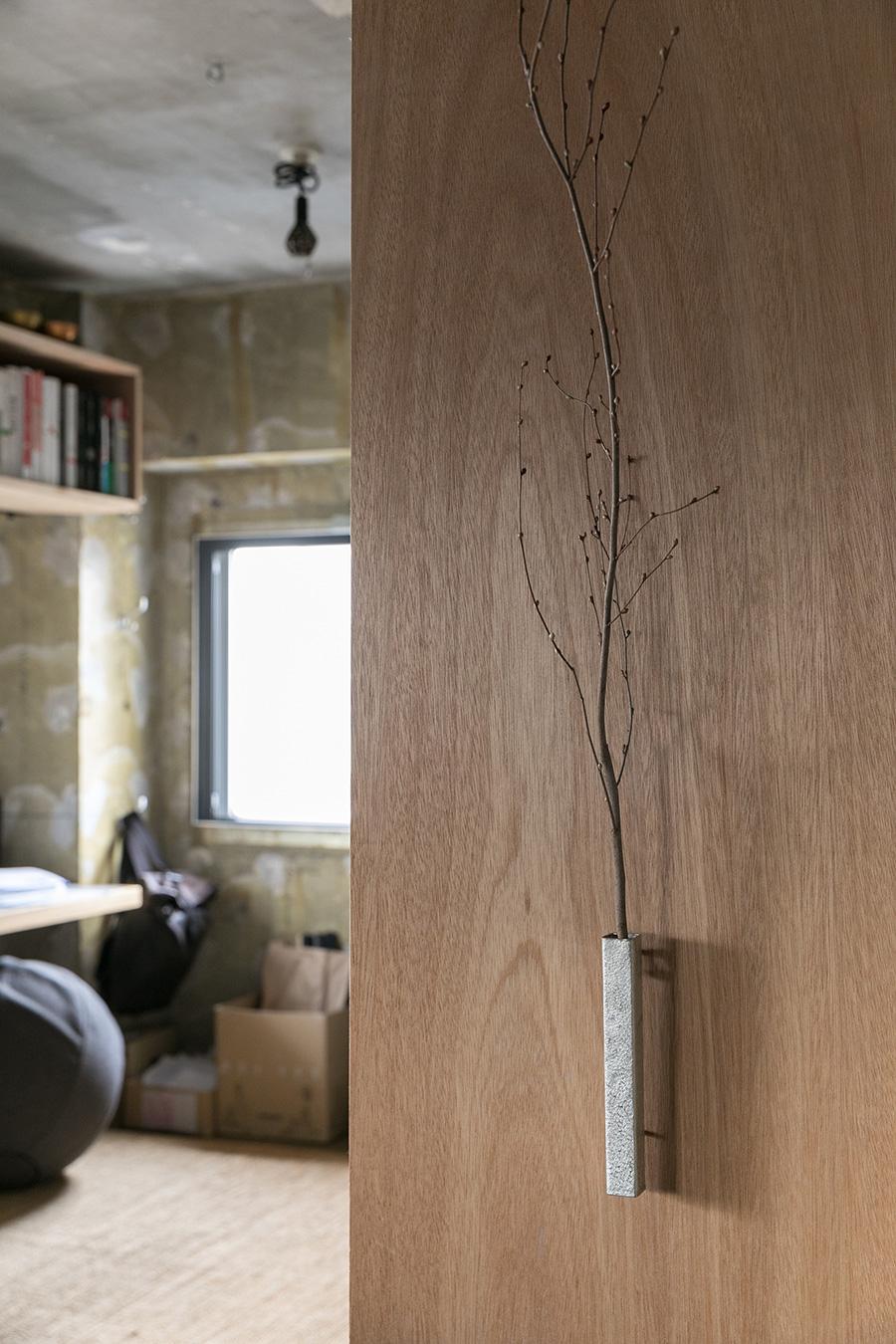 さりげなく壁にかかっている錫の花器は京都の清課堂のもの。