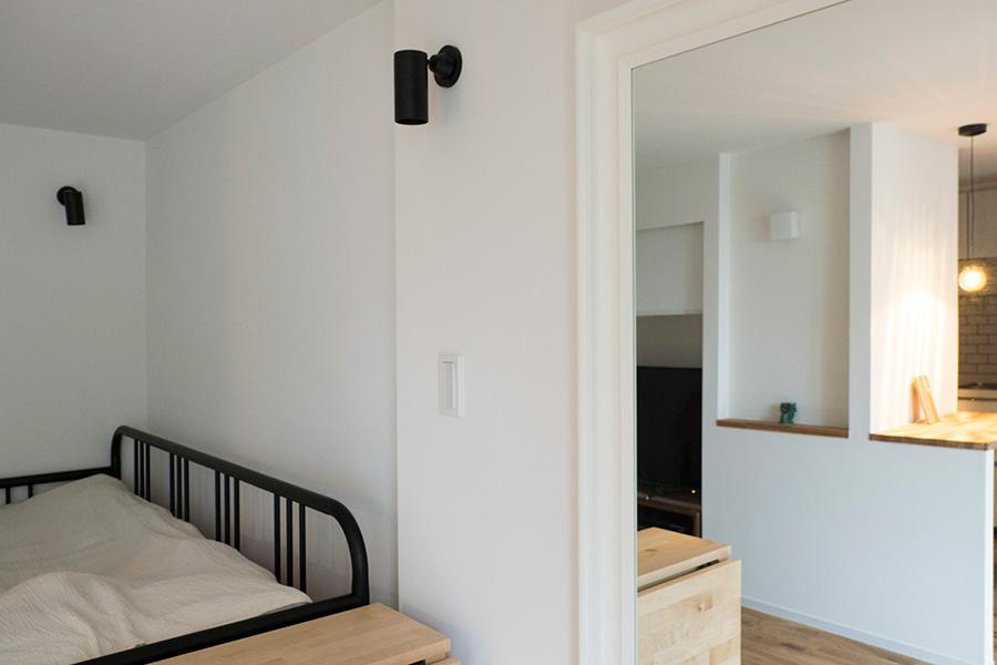 ダイニングスペースに設置した鏡が、空間に広がりを感じさせる。