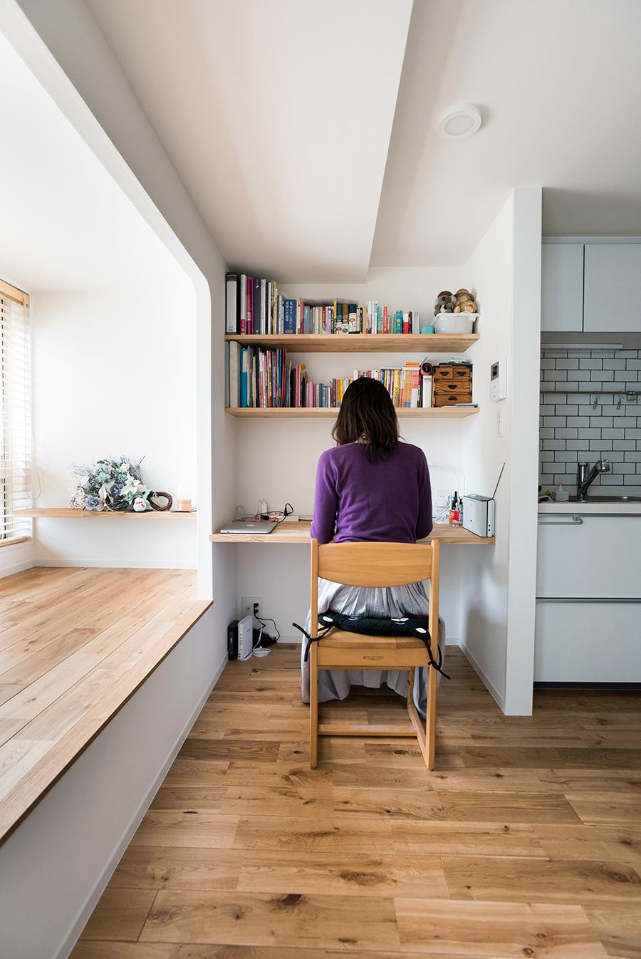 小上がりとキッチンの間にワークスペースを設けた。スペイン語のテキスト、建築の本などを収める棚も造作で。