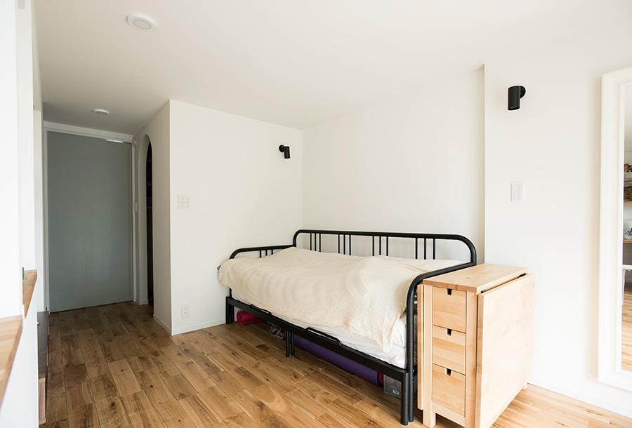 リビングにはソファーベッドを。木のキャビネットは広げればダイニングテーブルになる。塗装用下地の上に塗った漆喰の壁は、ひびが入りにくいのが特徴。