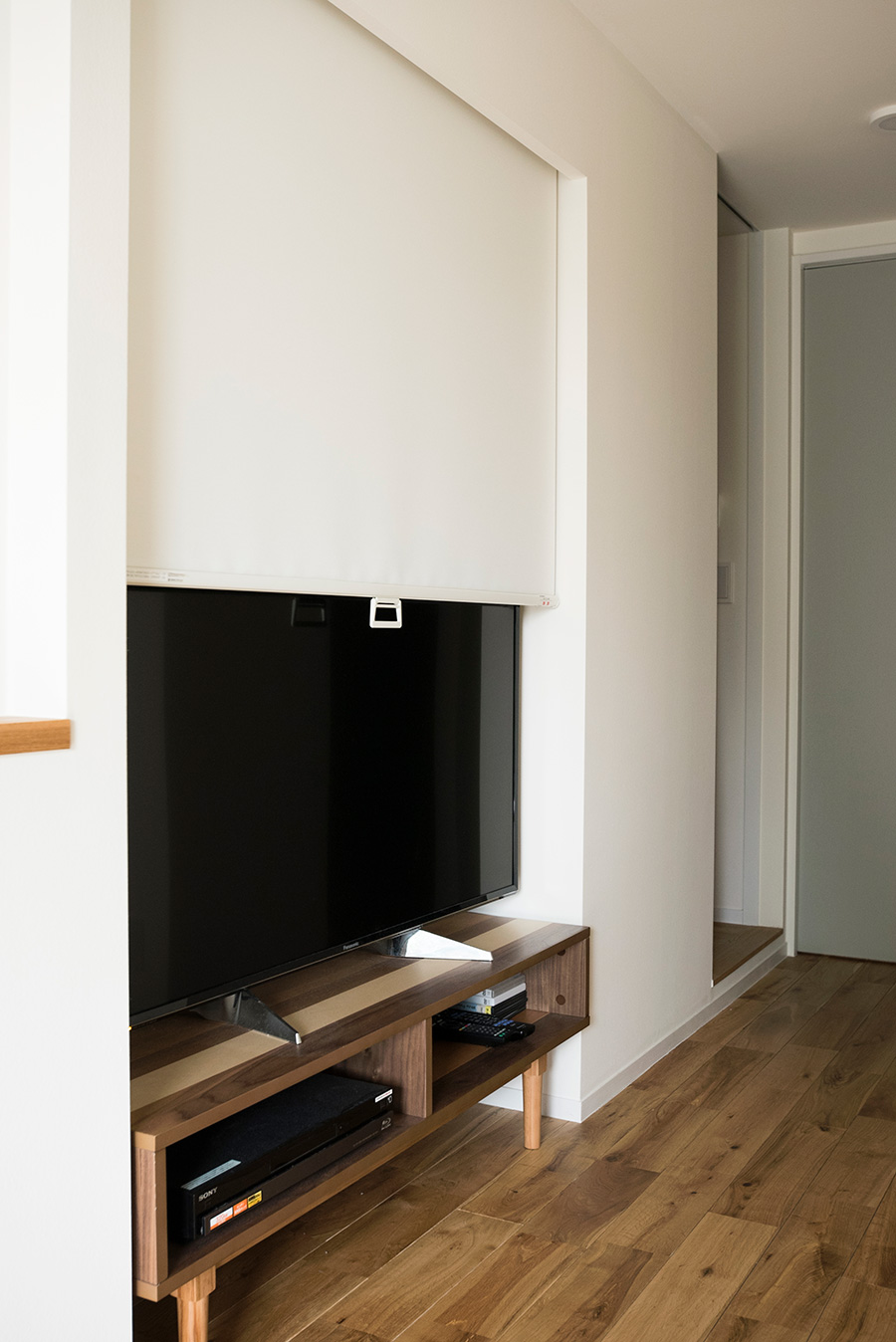 テレビを観るときはスクリーンをアップ。テレビ用の空間を予め設けた。