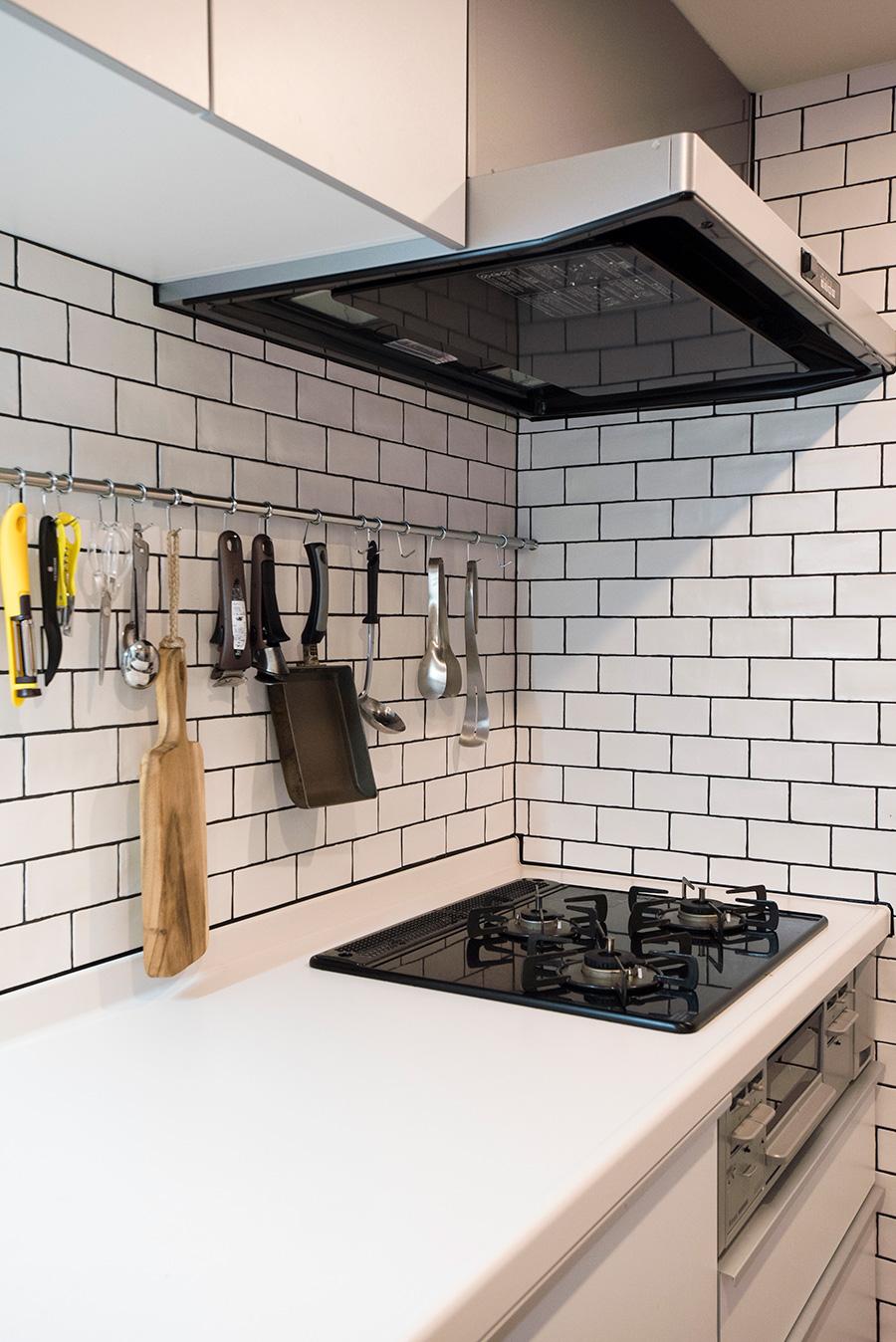 """キッチンは白、黒、グレーで統一。""""つるつるしすぎていないものがよかった"""