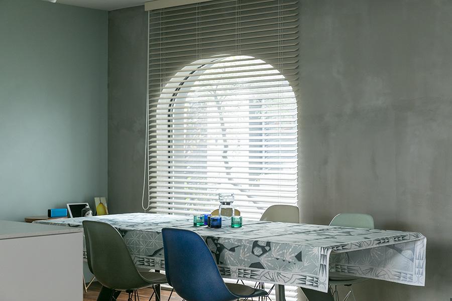 窓もconiwaらしい美しい曲線を描いている。ダイニングテーブルはジャン・プルーヴェ。「大きなダイニングテーブルが欲しかったので、セミオーダーしました」