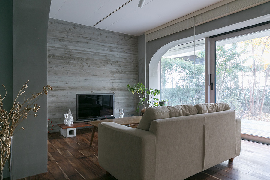 リビングの壁のコンクリートは木目を浮き上がらせ、落ち着いた空間に。