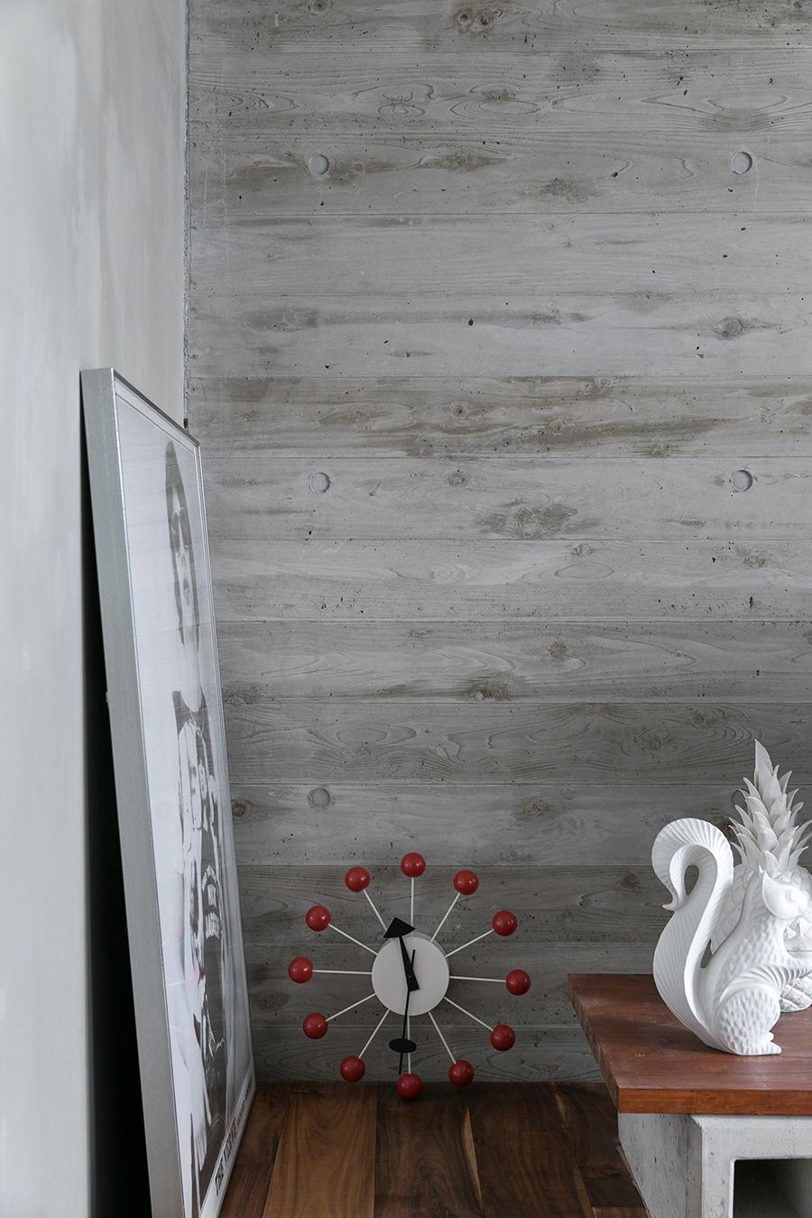 コンクリートの型枠を作る際、ツルリとしたコンパネではなく杉板を使うことで、流し込んだコンクリートに木目を浮かび上がらせることができる。