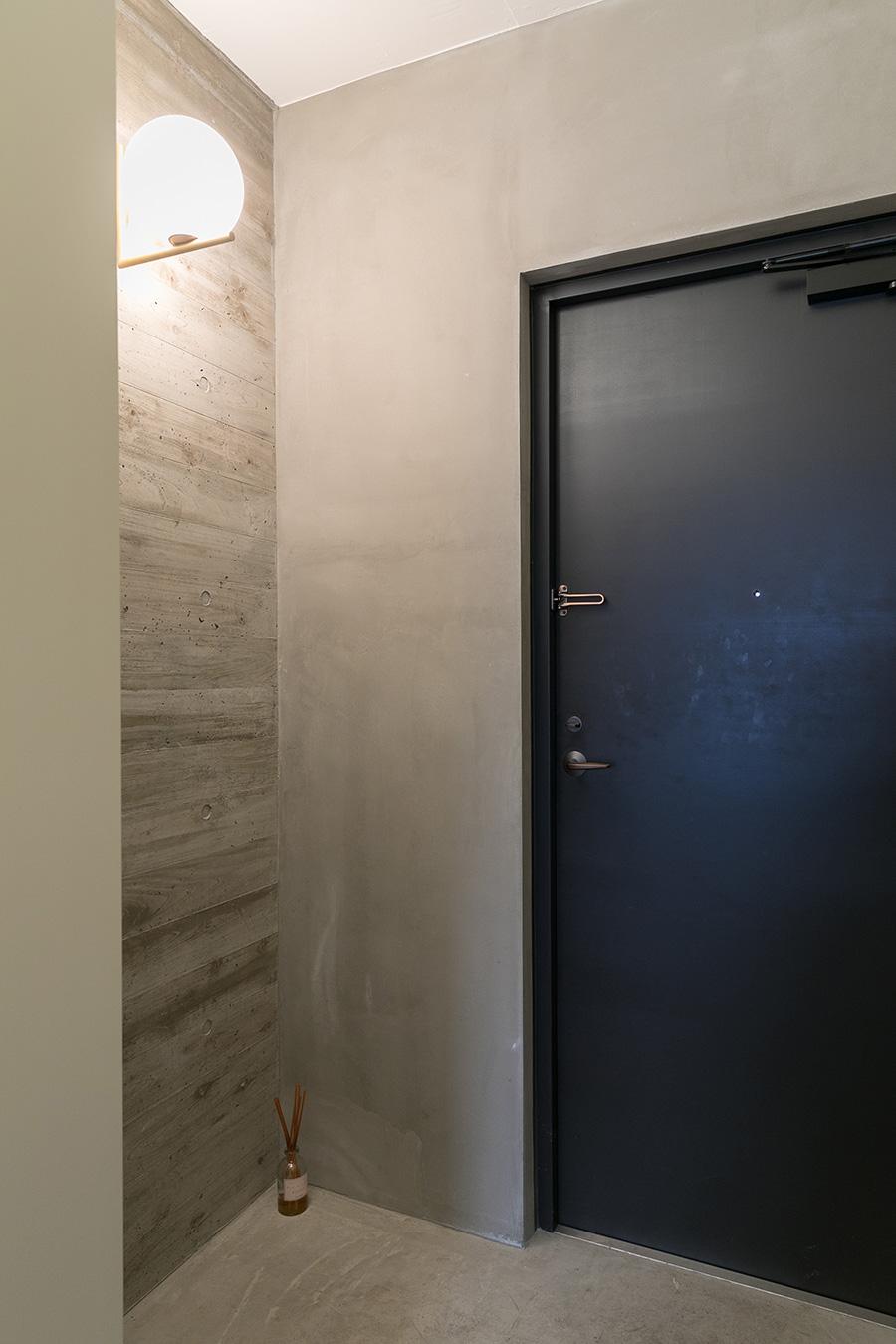 玄関の壁にも同様の技法で木目を作っている。