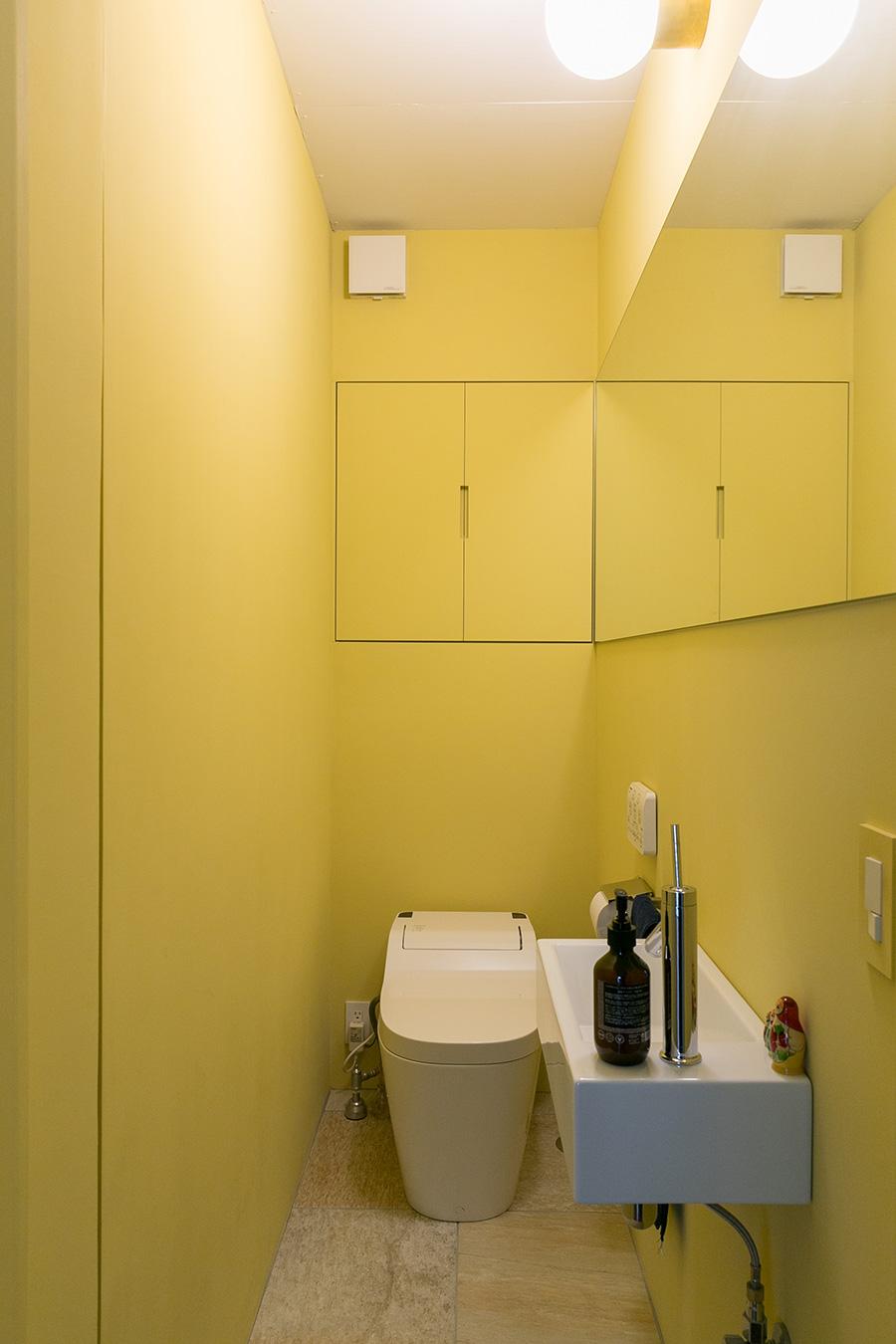 トイレと洗面所の床は、石のように見えるタイルを張った。