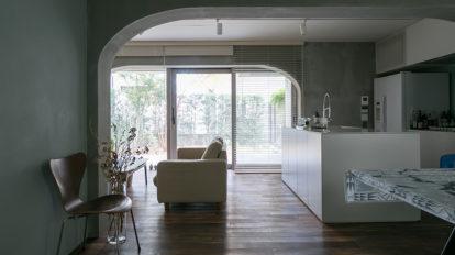 コーポラの自由設計を楽しむ 翡翠色の壁、モルタルのグレー、 絶妙なトーンで美しくシックに。