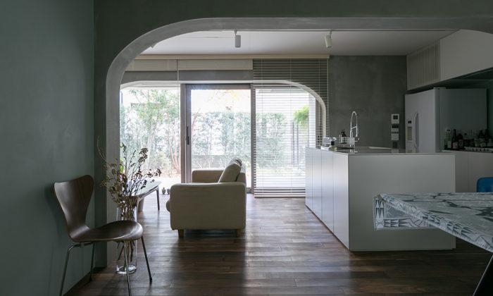 コーポラの自由設計を楽しむ翡翠色の壁、モルタルのグレー、絶妙なトーンで美しくシックに