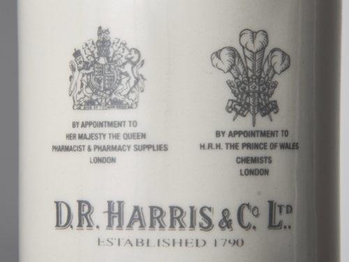 エリザベス女王とチャールズ皇太子、2つのワラントを取得。紋章は、D.R.HARRISの製品のすべてに刻印されている。