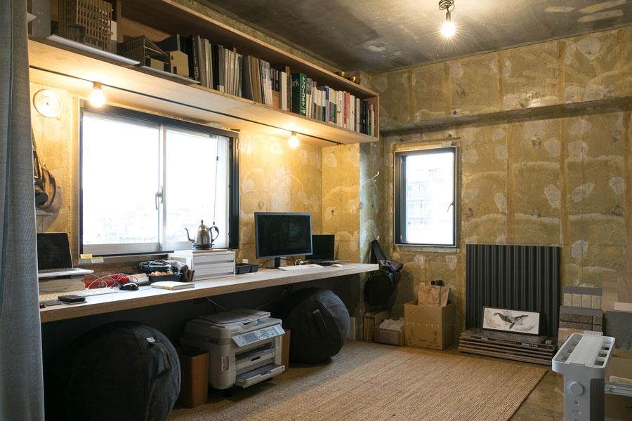 二人の仕事場。右手は壁一面書籍などの収納棚に。右奥の窓からも運河が臨める。