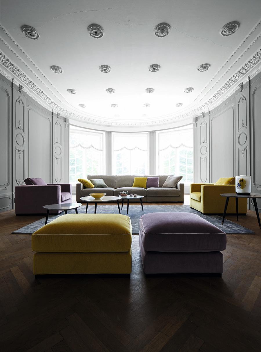 一般的な住まいの色、白い天井、グレーの壁、木のフローリングに、どんな色の家具を合わせると自分らしいインテリアになるのか、楽しみながら選んでみたい。