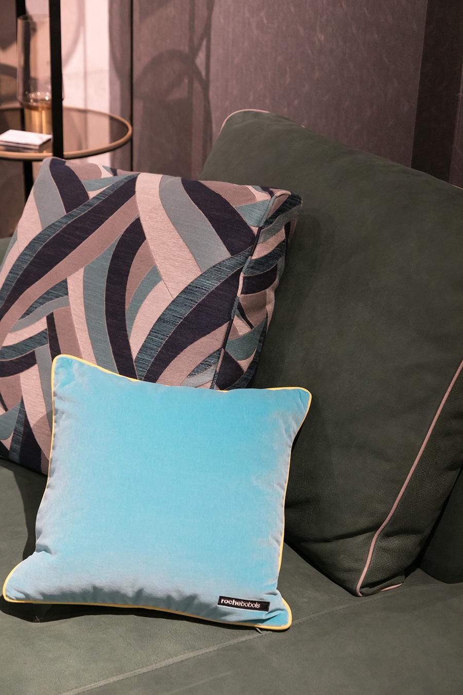 クッションやソファのカバーを変えると、気分も一新。季節ごとに変えたり、気分に合わせて色を変えてみよう。