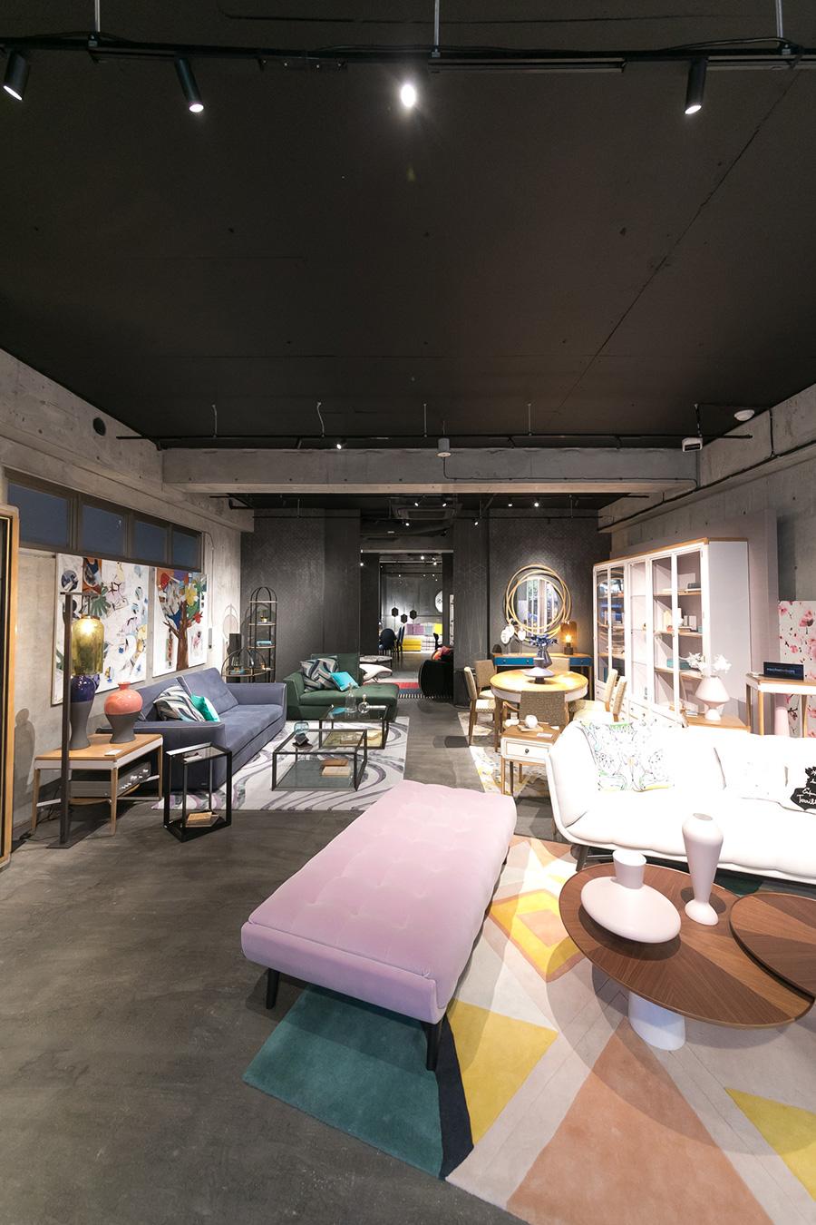 『Roche Bobois TOKYO』のすぐ近くにある『Roche Bobois TOKYO Nouveaux Classiques』のグレー&モルタル&ブラックの店内に、美しい色の家具が並ぶ。