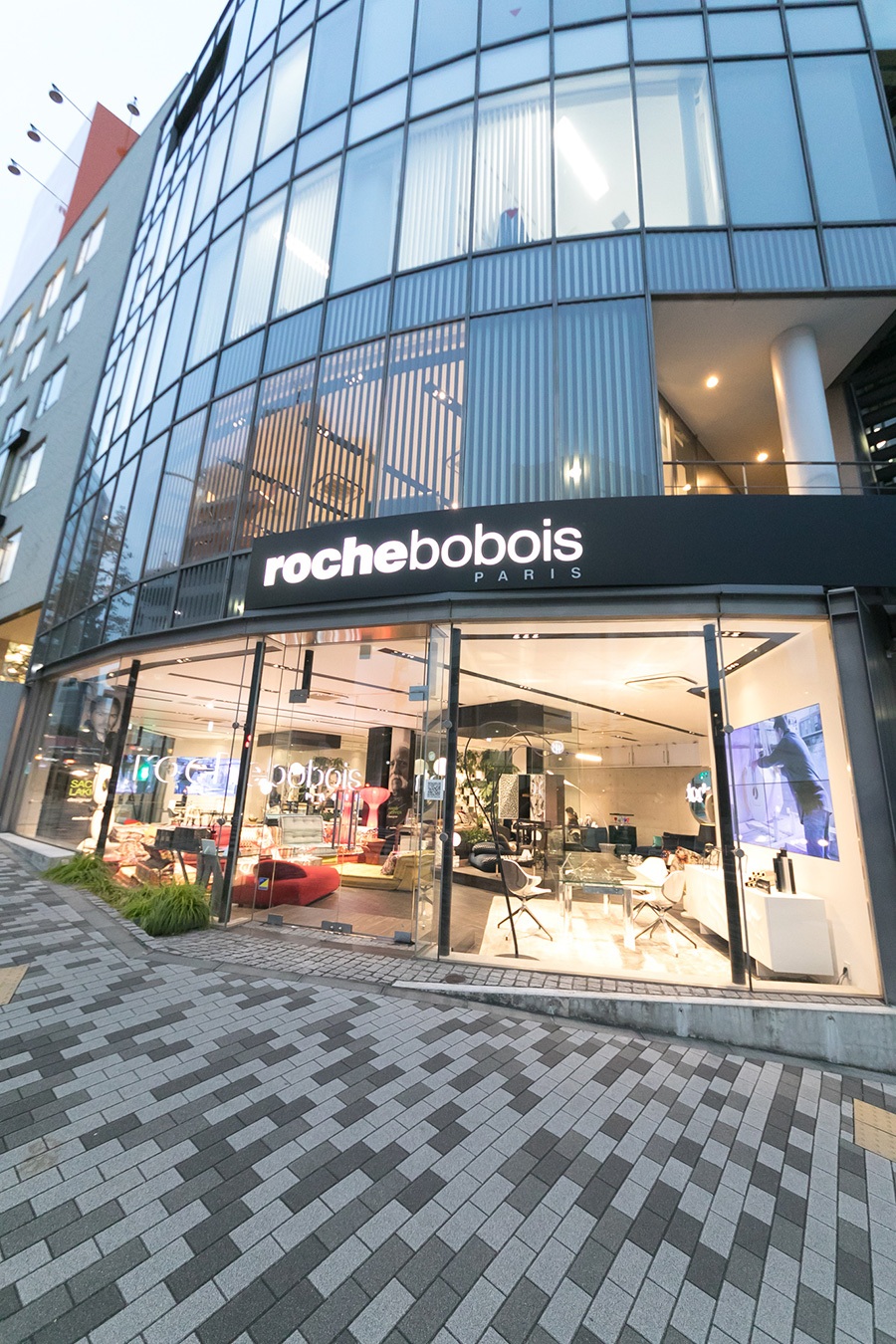 『Roche Bobois TOKYO』  2017年3月、外苑西通りに旗艦店をオープン。