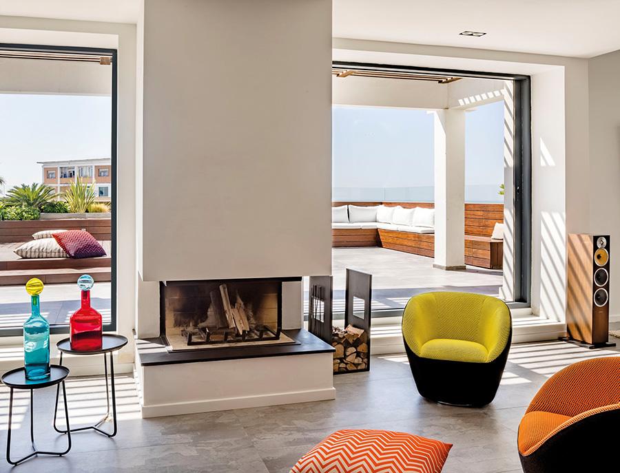オレンジや黄色や赤を中心としたインテリアにすると、暖かさが感じられる部屋になる。