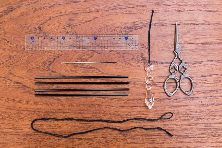 材料と道具をスタンバイ。ストローを切り揃えるときに使う定規、ハサミ、針、ストロー、#20くらいの太さの綿のレース糸、組み合わせたいパーツを準備。