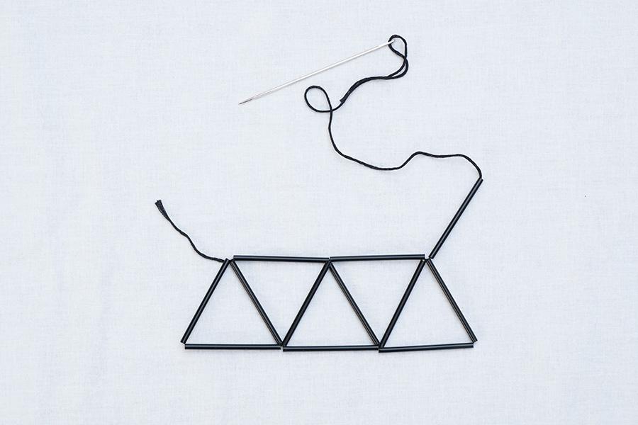 ④同じように繰り返して三角形を5個作り、もう1本ストローを通す。