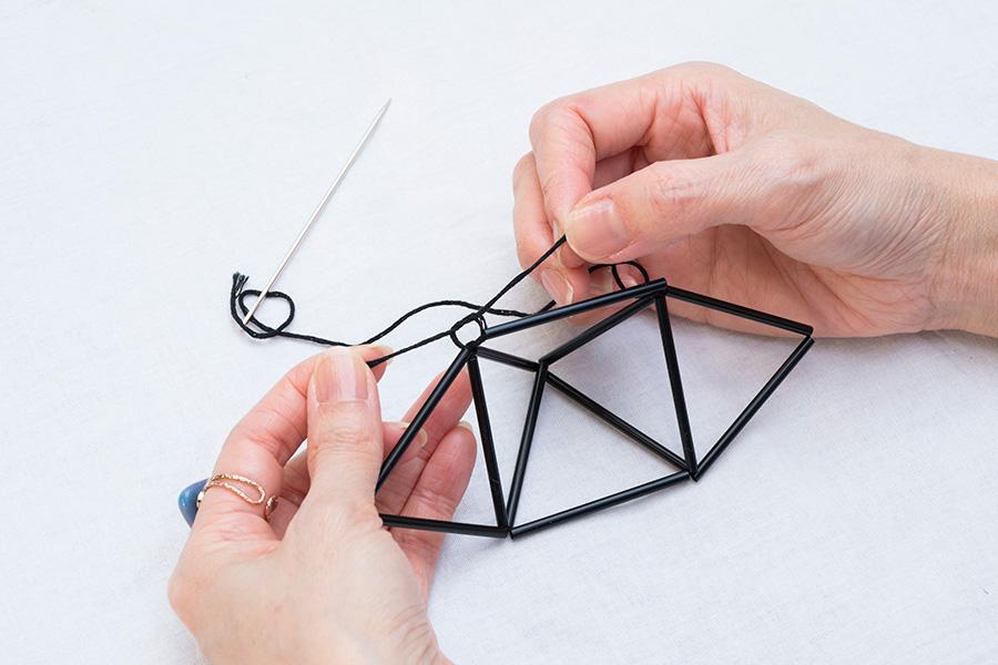 ⑤①で残した5cmの糸と④で通したストローの糸を合わせ、固結びをする。