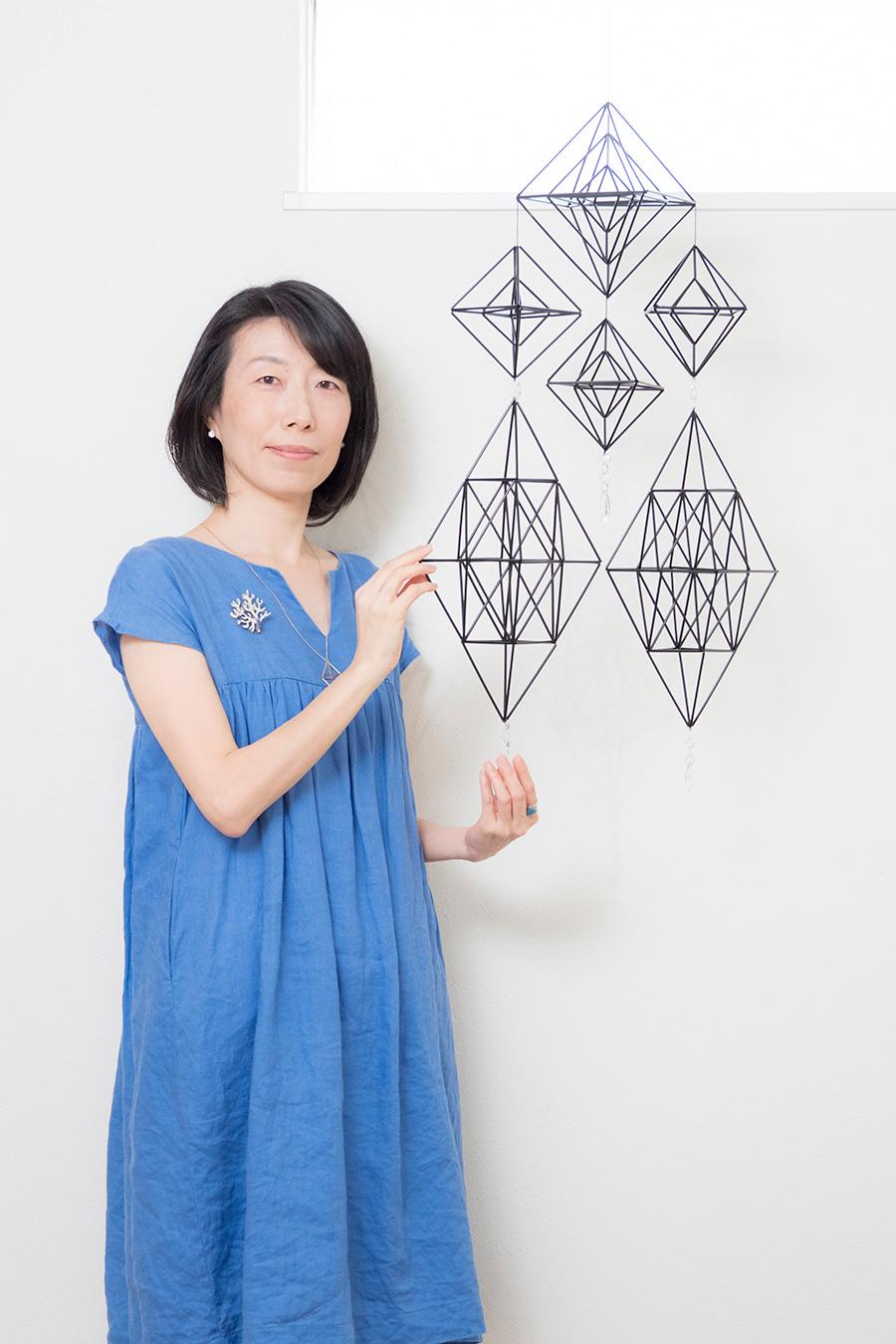 ヒンメリのおか 大岡真奈さん。独学で様々なヒンメリの形を考案。ワークショップなどを各地で開催。著書に「幾何学模様の美しいヒンメリ」(河出書房新社)など。
