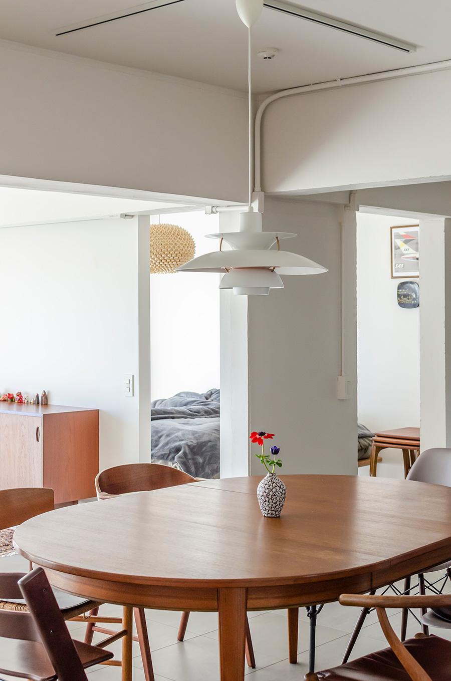 テーブル上のペンダント照明はルイスポールセンの名作PH5。