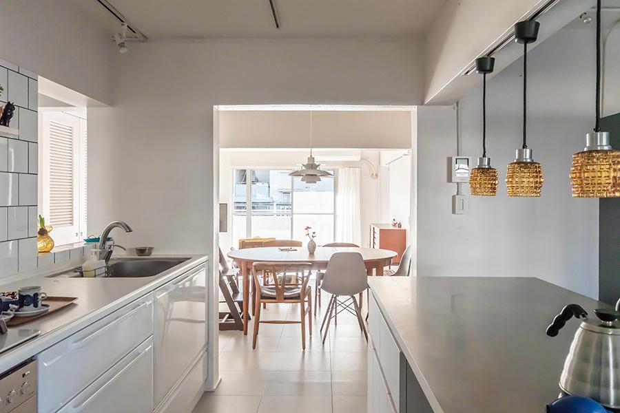 キッチンからリビングへの眺め。