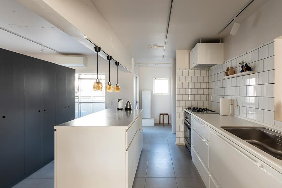 ホーローのキッチン収納は「タカラスタンダード」製。
