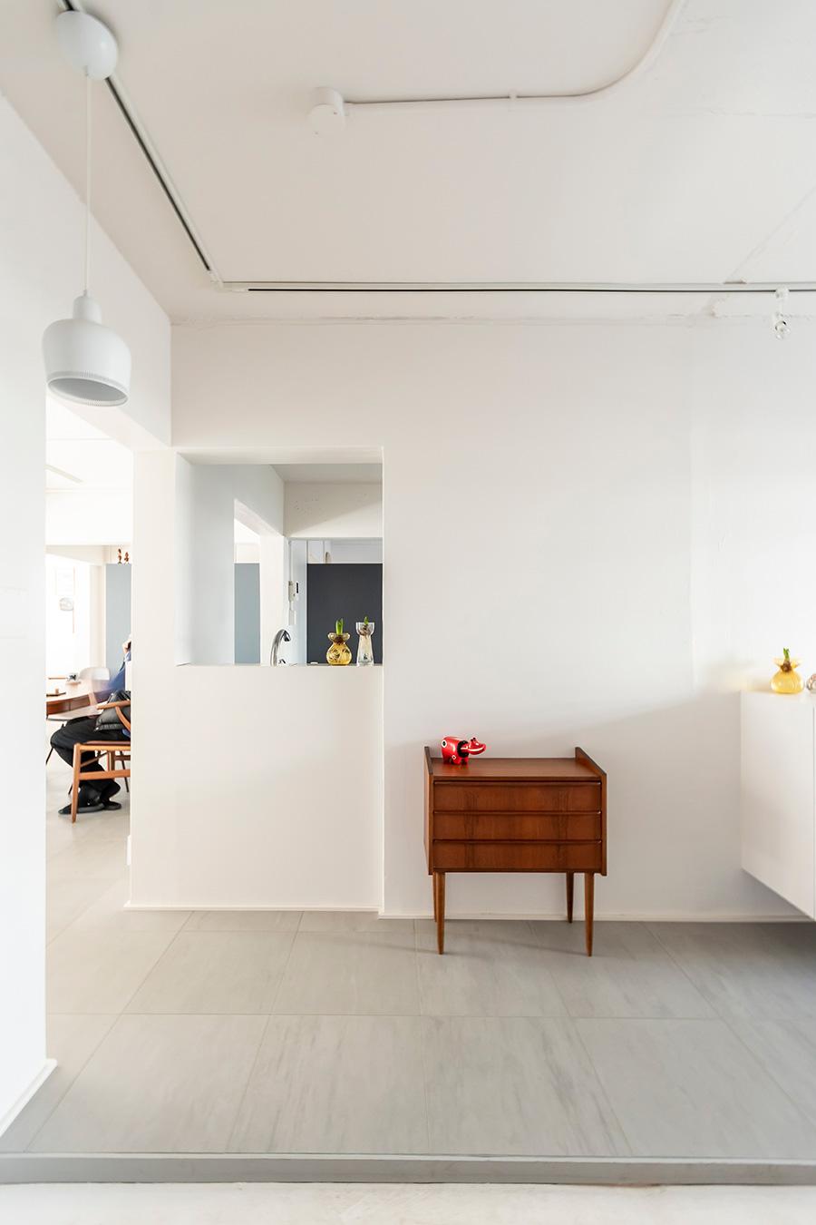 玄関からの眺め。床にはモルタル調Pタイルを。