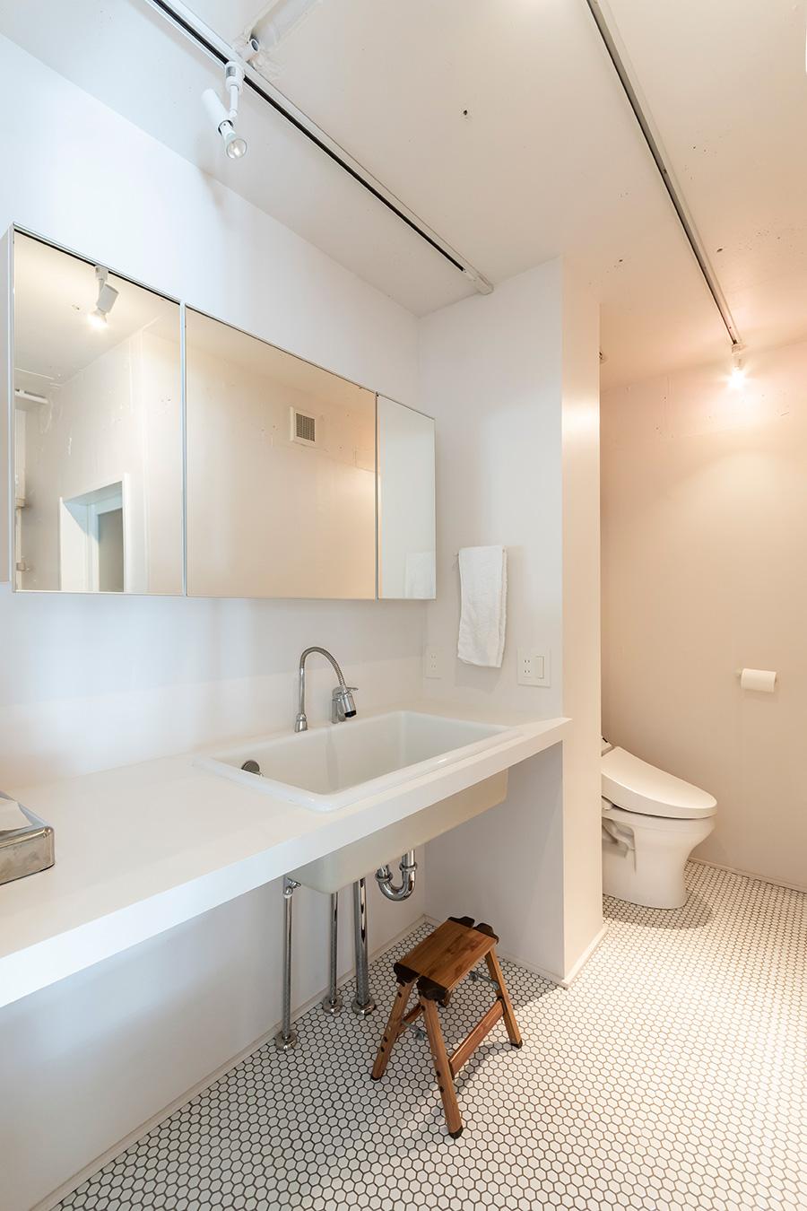 洗面上の収納鏡は「サンワカンパニー」製。