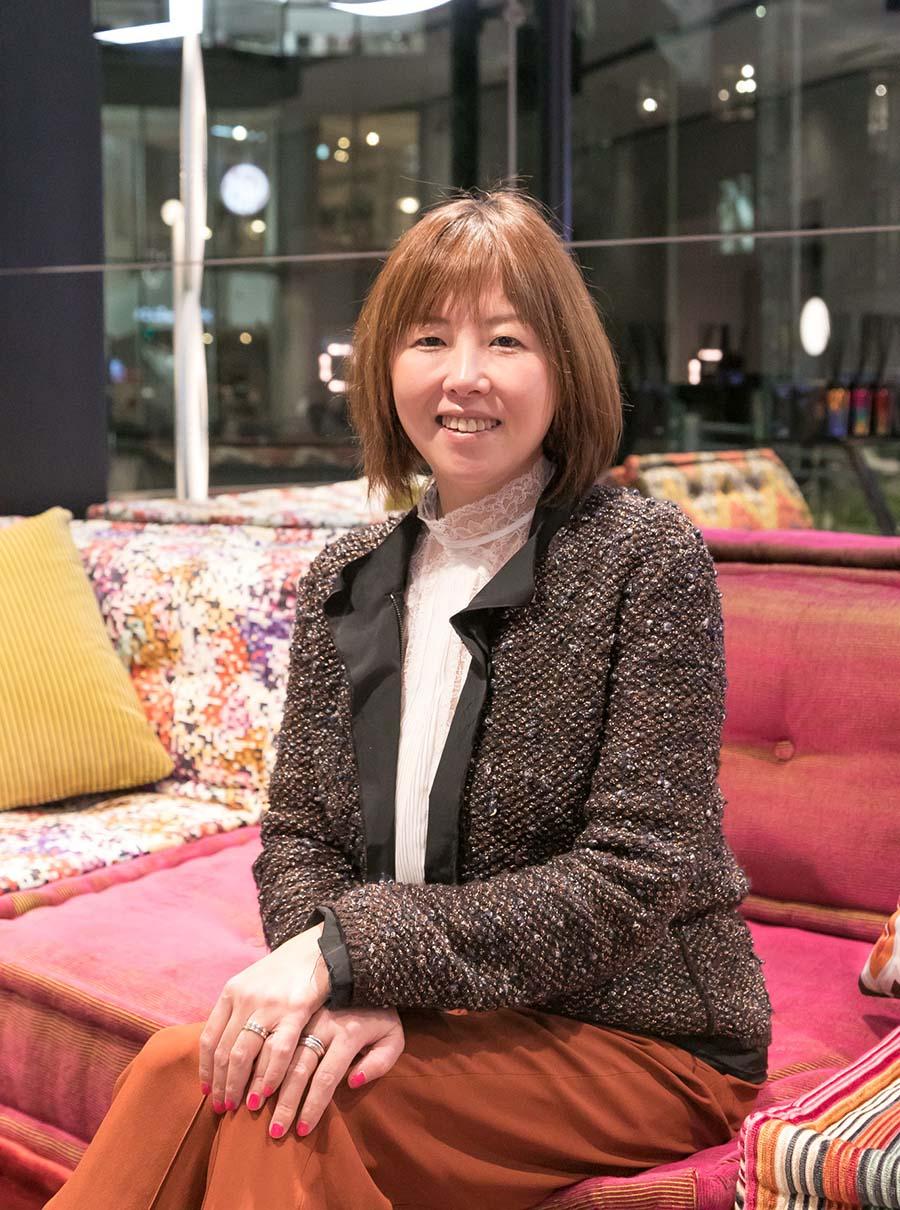 編集者、フリーライターとして数々の雑誌に寄稿している志村香織さんは、色のスペシャリストとして、オーラソーマのサロン「drop'dee」を主宰。インテリアへの色の取り入れ方を伺った。