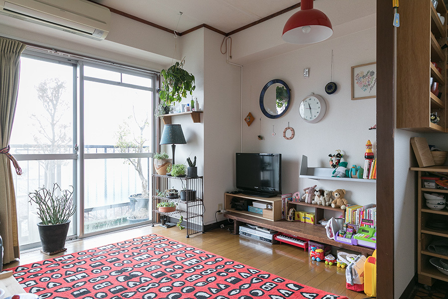 子ども部屋には思い切りポップなカーペットを。照明はおもちゃがある場所の上へ寄せて配置。