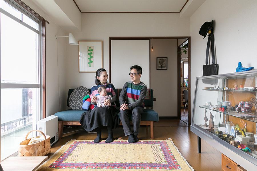 ゲストルームでくつろぐ。見晴らしも良く明るい空間。左にあるのは松林誠さんの作品。