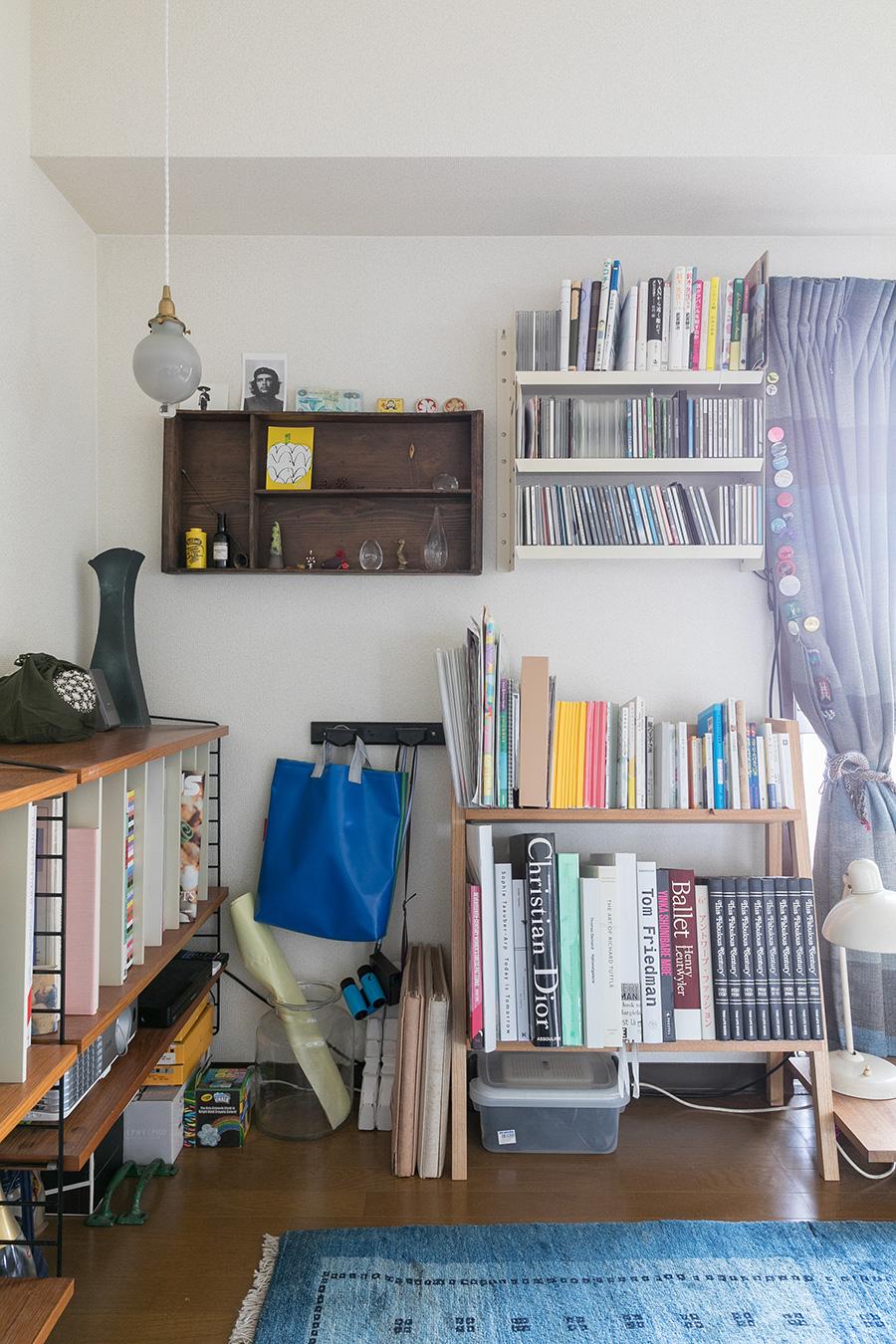 ゲストルームの一角。棚ごとに旅先のお土産、CD、本などを。