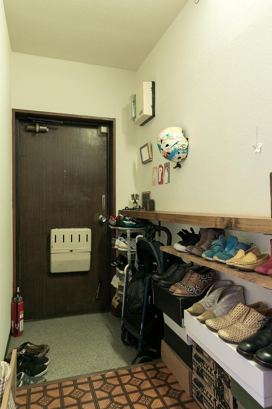 玄関の靴棚に使っている古材は西荻窪の家具屋で購入したちょうどよい長さのものを使って。