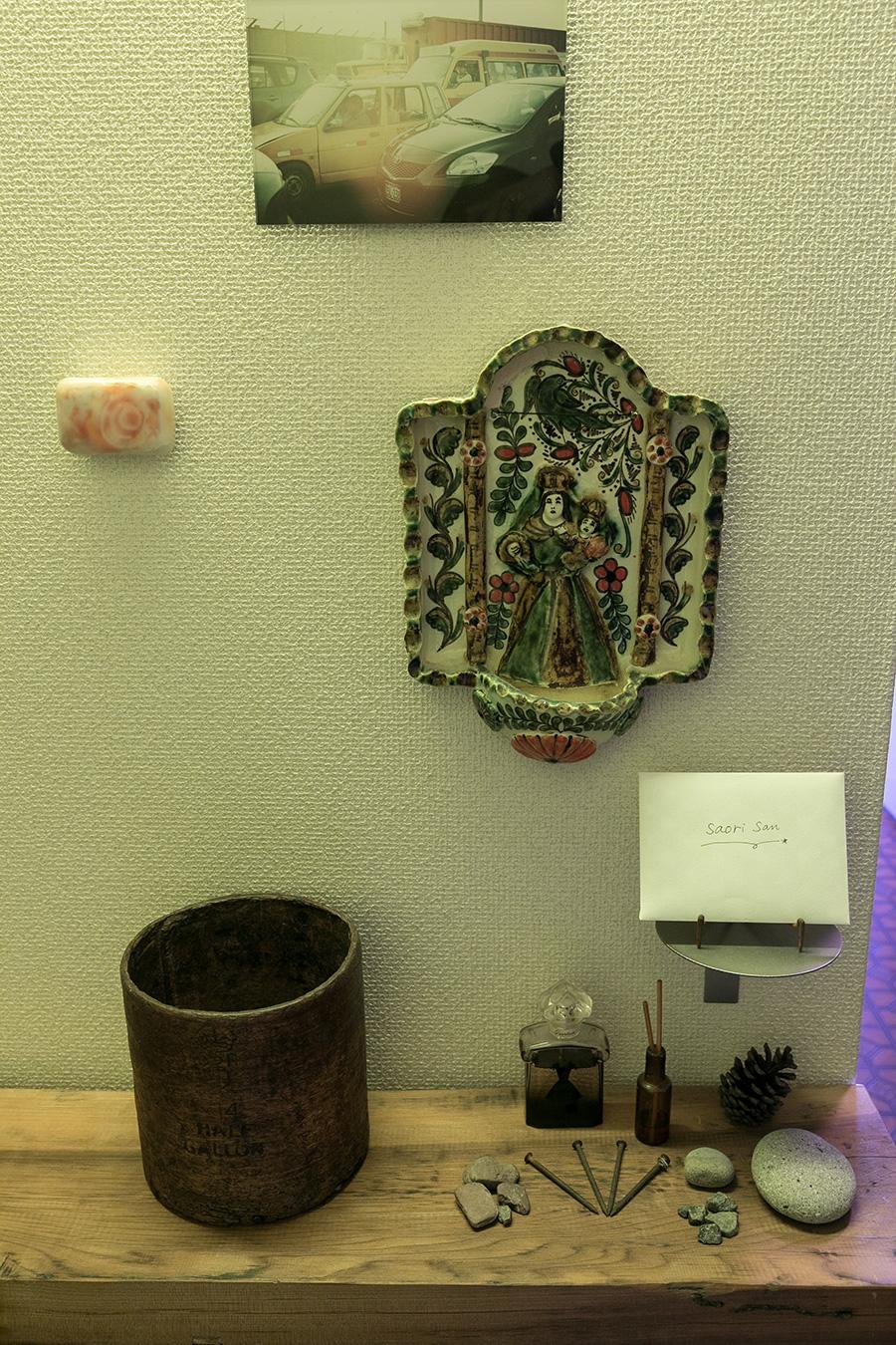 壁に飾ってあるのはペルーを旅したときに買った、現地の器作家の作品など。