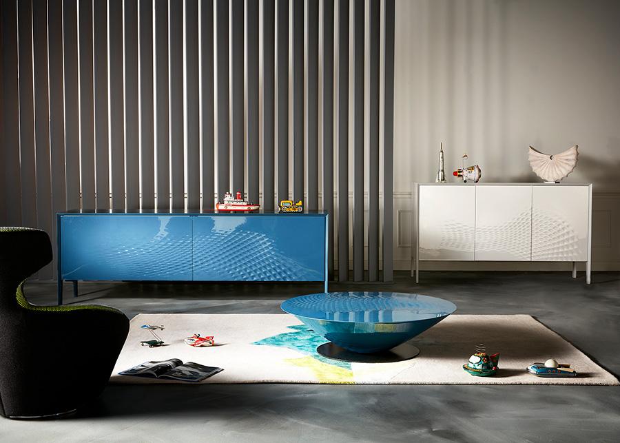より一層心が落ち着きそうな水面に広がる波紋が描かれた『Roche Bobois』 のサイドボードとテーブル。『Roche Bobois』 の家具はカラーバリエーションが豊富なのが魅力。ブルー以外にも様々なカラーの中から好みの色を選ぶことができる。