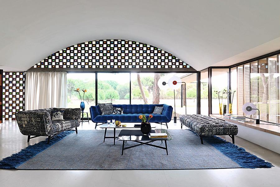ブルーのソファに、海を思わせるブルーのラグを敷いた、心が和らぐインテリア。