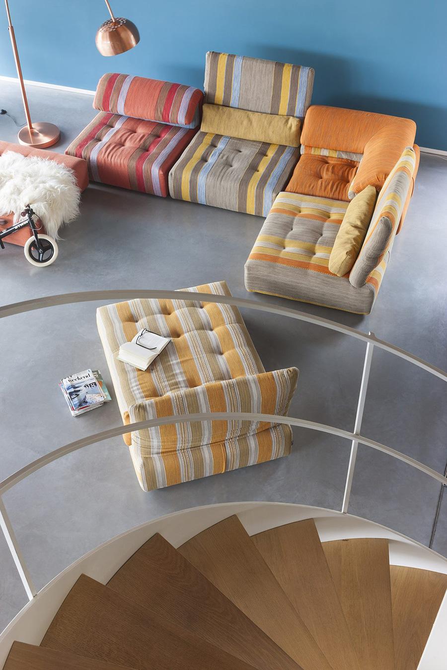 オレンジ色のソファをリビングに使えば、話の絶えないハッピーな家族になれそう。