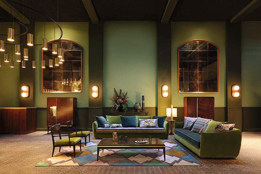 グリーンの壁とグリーンのソファでリラックスできる空間に。カーペットやクッションなどの小物に紫を使うと、より癒やし効果の高い部屋になる。