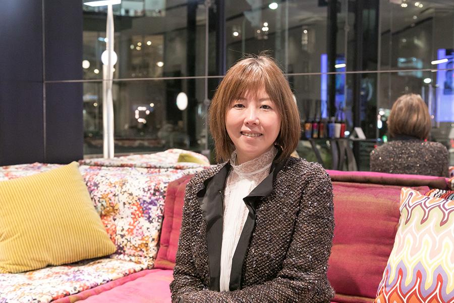 インテリアへの色の取り入れ方を伺った志村香織さんは、編集者、フリーライターとして数々の雑誌に寄稿している色のスペシャリスト。オーラソーマのサロン「drop'dee」を主宰している。