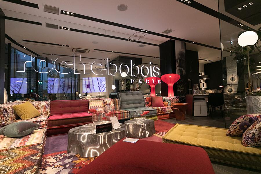 『Roche Bobois TOKYO』では、実際に色のサンプルを見ながら家具の相談に乗ってもらえる。2017年3月、外苑西通りに旗艦店をオープン。