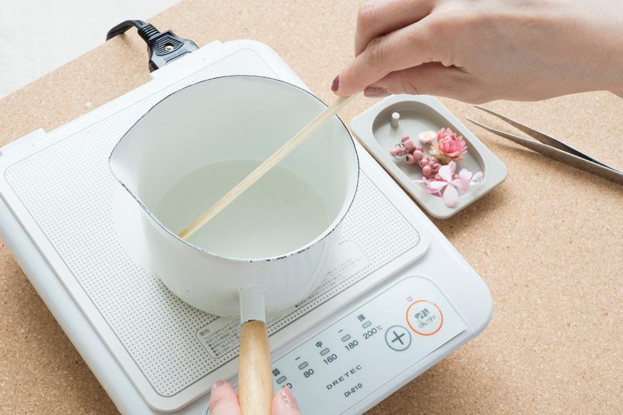 ②鍋に2種類のワックスを溶かし、わりばしでかき混ぜる。