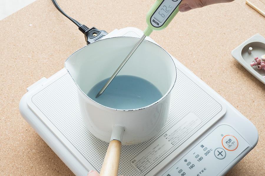 ④香料の揮発を防ぐために、ワックスの温度を70℃くらいまで下げる。この温度管理がポイント。