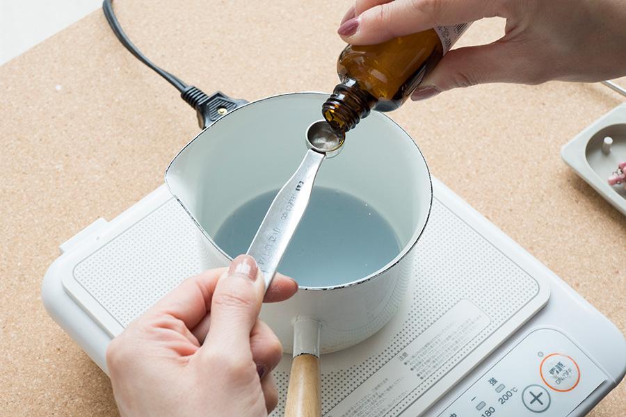 ⑤香料を軽量スプーンで計り入れる。ワックスの総量に対して5〜8%が目安。