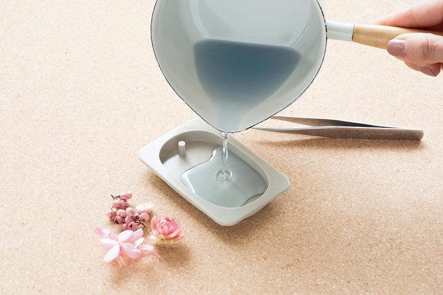 ⑦香料は鍋の底に沈殿しがちなので、よく混ぜてから型に流し込む。流し込んだら動かさないこと。