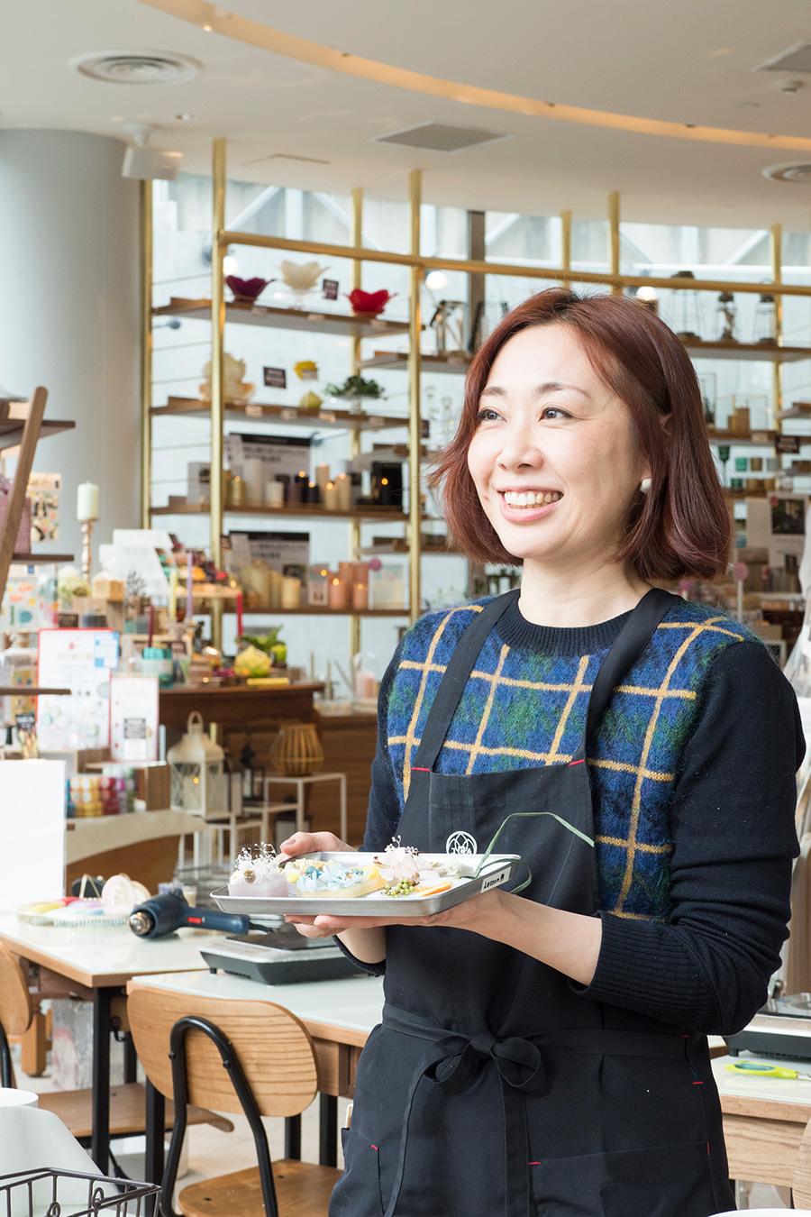 JCA Candle Studio本校講師の高橋美智子さん。上手につくるポイントを分かりやすく解説してくれる。