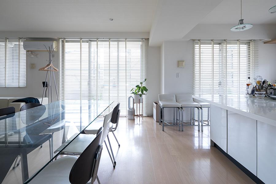 LDKへの扉を開けると、23畳の大空間が広がる。窓の外にはゆったりとしたテラスが続く。