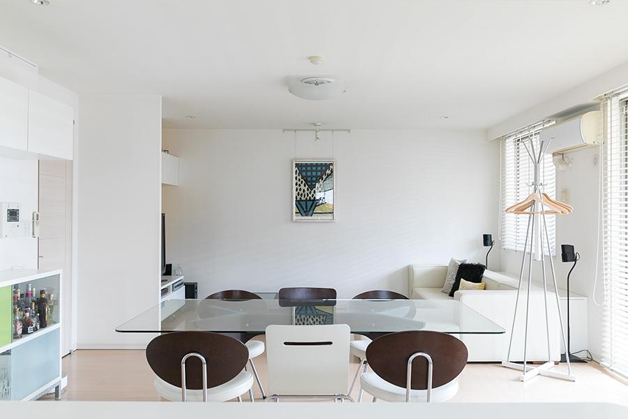 キッチンからリビング側を見る。ソファの後ろには収納を造り付け、どんどん増えるテーブルウエアをしまってある。