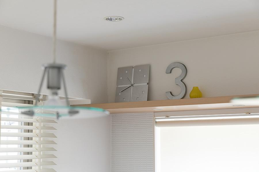 キッチンを見守る数字の3。「どんな意味なの?ってよく聞かれますが、特に意味はないんです(笑)」。
