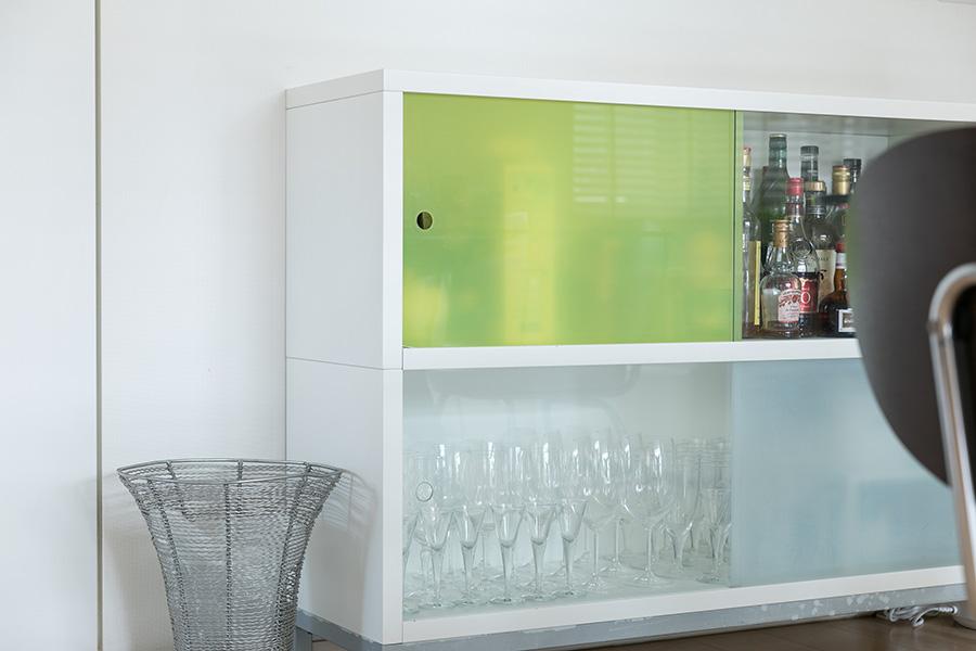以前の住まいからずっと愛用している食器棚はCIBONEで購入。ご主人が扉の裏にレモンイエローのフィルムを貼ってくれたのだそう。